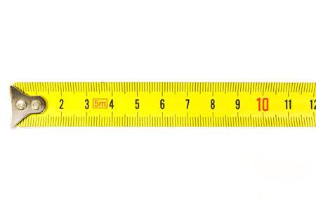 metro de medir: Regla de metal en el fondo blanco