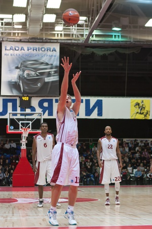 TOLYATTI, RUSSIA - NOVEMBER 16: Alexander Anisimov of BC Krasnye Krylia breaks free throw BC JuveCaserta Basket November 16, 2010 in Tolyatti, Russia. Sajtókép