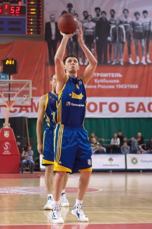pbl: SAMARA, RUSSIA - APRIL 01: Fridzon Vitaliy of BC Khimki throw from the free throw line in a game against BC Krasnye Krylia on April 01, 2012 in Samara, Russia. Editorial