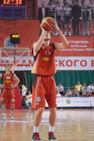 semen: SAMARA, RUSSIA - 11 MAGGIO: Semen Shashkov di BC Ural getta dalla linea di tiro libero in una partita contro BC Krasnye Krylia il 11 maggio 2012 a Samara, in Russia.