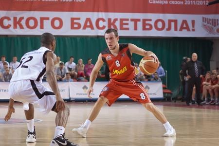 bc krasnye krylia samara: SAMARA, RUSSIA - MAY 11: Anton Glazunov of BC Ural with ball goes against a BC Krasnye Krylia player on May 11, 2012 in Samara, Russia.
