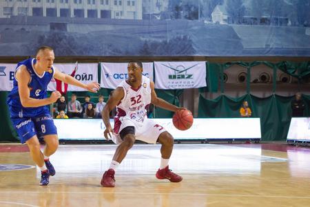 dribble: SAMARA, RUSSIA - NOVEMBER 09: BC Krasnye Krylia guard Aaron Miles (32) does a crossover dribble during the BC Neptunas basketball game on November 09, 2013 in Samara, Russia.