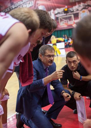 SAMARA, RUSIA - 17 DE DICIEMBRE: El entrenador en jefe de BC Krasnye Krylia Sergey Bazarevich durante un tiempo fuera del juego de baloncesto BC Atomeromu el 17 de diciembre de 2013 en Samara, Rusia.