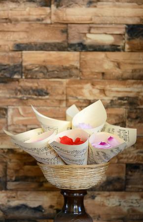 bouquet of roses lobes, brown brick background Standard-Bild