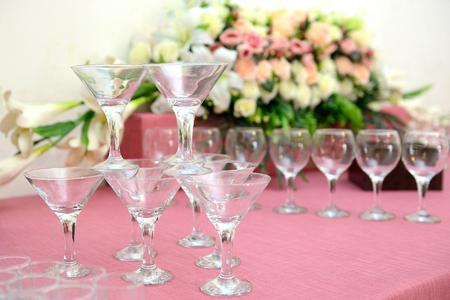 Martini glasses pyramid on thesoft pink fabric Standard-Bild