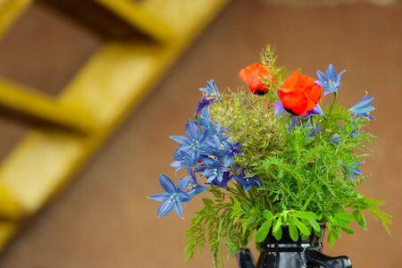 champ de fleurs: Vase avec les fleurs des champs pr�s de l'�chelle de la rouille Banque d'images