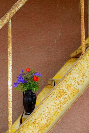Vase mit Blumen auf dem Rost Leiter Standard-Bild - 43207452