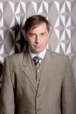 Serious Geschäftsmann stand in der Nähe der Wand Standard-Bild - 44835839