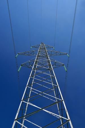 Die Hochspannungs-Post und der blaue Himmel Standard-Bild - 43207747