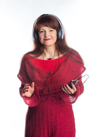 mooie volwassen vrouw luisteren muziek, geïsoleerde Stockfoto