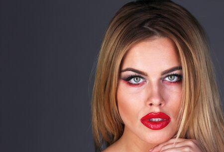 brown eyes: Cara hermosa de la mujer adulta con la piel limpia fresca vista de cerca. Retrato de belleza. Modelo de belleza pura.