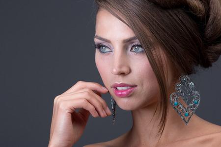 quarz: Woman wearing shiny earring