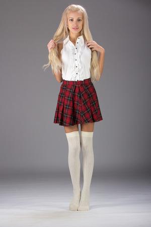 falda corta: Encantadora chica sexy rubia en falda corta a cuadros