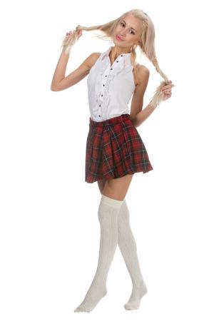 colegiala: Colegiala joven y bella es que llevaba un uniforme tradicional est� sonriendo en el fondo blanco. Estudiante de bachillerato en uniforme mantener el pelo largo en las manos.