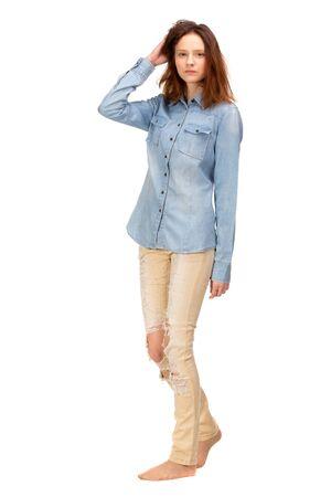 chicas guapas: Chica rojo de la belleza en la camisa de los pantalones vaqueros, aislados en blanco Foto de archivo