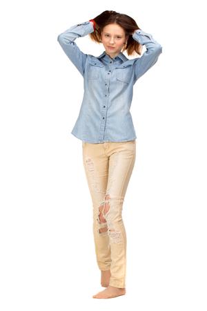 chicas guapas: Chica rojo de la belleza en pantalones vaqueros rasgados, aislados en blanco