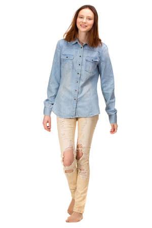 cuerpo femenino: Chica rojo de la belleza en pantalones vaqueros rasgados, aislados en blanco
