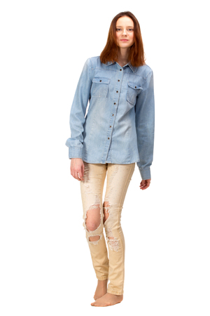 cuerpo femenino: Chica rojo de la belleza en la camisa de los pantalones vaqueros, aislados en blanco Foto de archivo