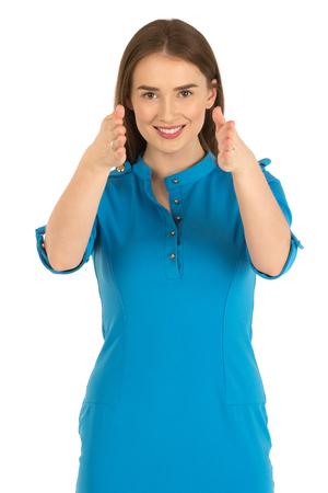 hotesse de l air: hôtesse de l'air dans le nouvel uniforme. Afficher le chemin de sortie de secours. Isolé sur blanc.