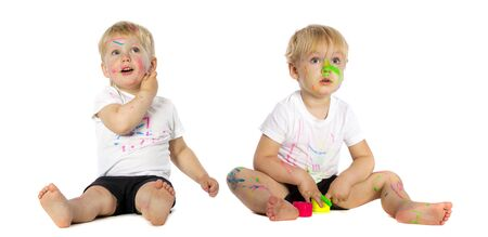 hermanos jugando: Twins brothers playing with paint, isolated on white.