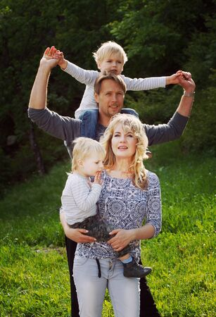 Familia Feliz, Niños En Pearents Hombro. Colorantes Y Procesamiento ...