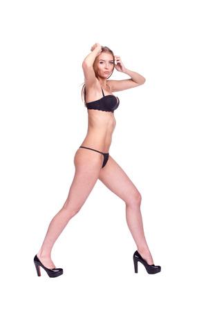 salud sexual: Mujer que recorre Vista de costado, muchacha atractiva en ropa interior negro, gente aislada en blanco