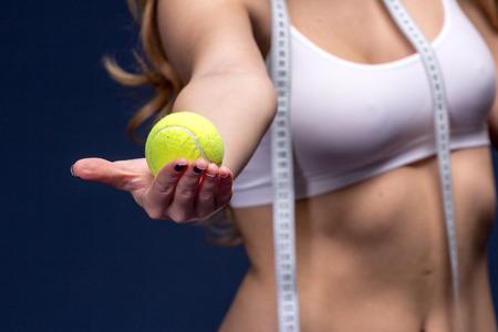metro medir: Cinta de medición del medidor en manos de la mujer. La dieta y el concepto de fitness estilo de vida saludable.