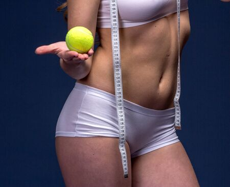metro de medir: Cinta de medición del medidor en manos de la mujer. La dieta y el concepto de fitness estilo de vida saludable.