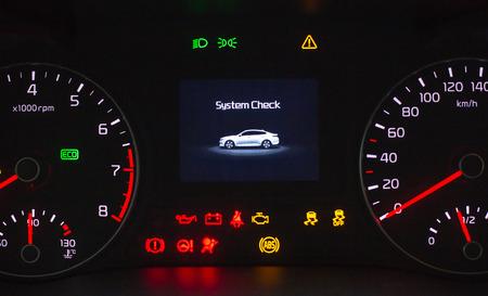 Sustem controle op de motor start. Snelheidsmeter en toerenteller met aanvullende instrumenten op de auto dashboard. Stockfoto