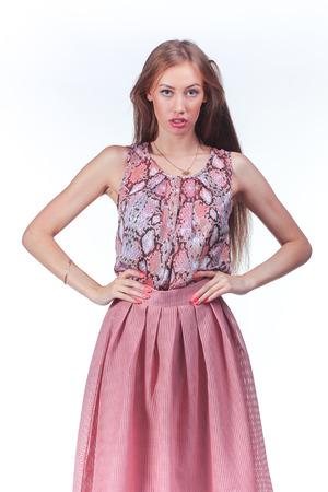 Belle jeune femme en robe romantique rose Banque d'images - 71891370