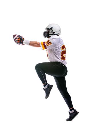 Bärtiger American-Football-Spieler in weißer Uniform, in Aktion, isoliert auf weißem Hintergrund.