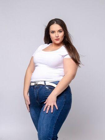 Mujer de talla grande posin como modelo en estudio.