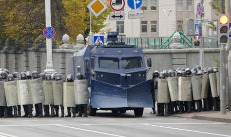 Minsk, Belarus - October 25, 2020. Barbed wire, troops. Peaceful protesting against dictator Lukashenko. Peaceful demonstration against government violence and electoral fraud in Belarus. 新聞圖片