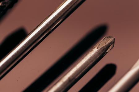 alicates: muchos destornilladores y alicates diferentes de cerca sobre un fondo oscuro.