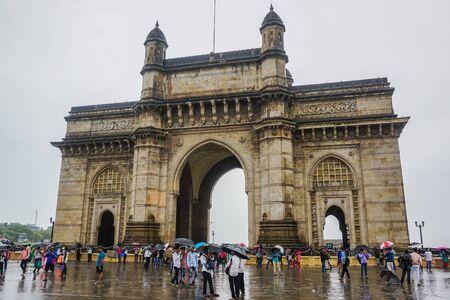 Bombaj, Indie - 18 lipca 2017: Brama Indii. Dużo turystów.
