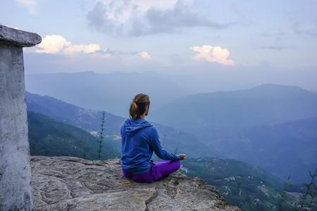 Méditation dans les montagnes de l'Himalaya au Sikkim, Inde Banque d'images