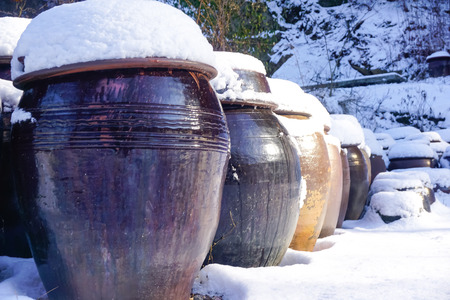 Korean barrels in the snow in winter Imagens