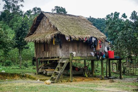 Vecchia casa in legno in uno dei villaggi del Vietnam. Provincia di Quan Binh