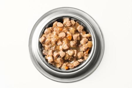 nat voedsel voor honden en katten in zilveren kom.