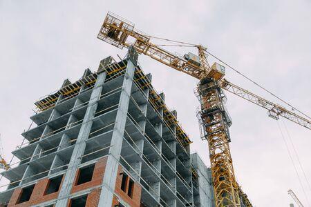 Costruzione di grattacieli moderni. Costruzione a fasi di strutture in inverno.