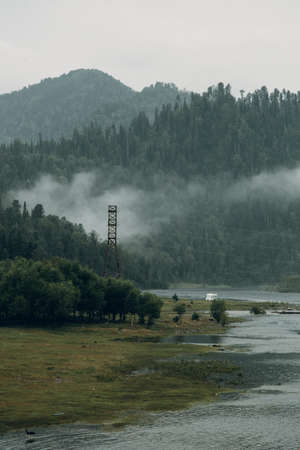 Altai nature at dawn in the fog. Haze in the forest and on the lake, atmospheric weather for the screensaver. Banque d'images