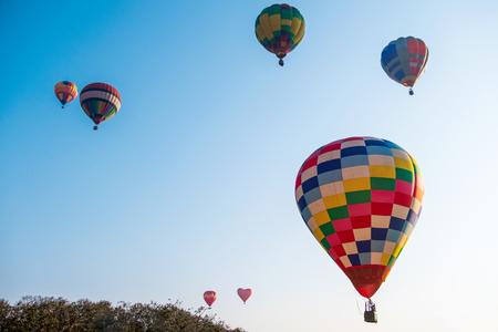 Kolorowy balon na ogrzane powietrze na błękitnym niebie - Image