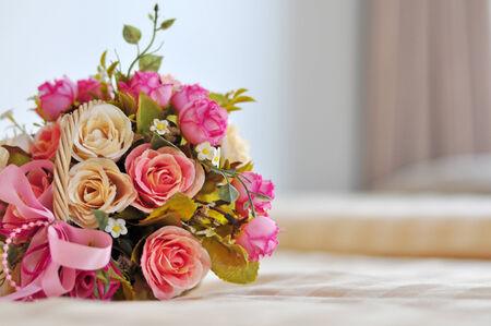 Schöner Blumenstrauß auf dem Bett Konzept über die Liebe und Süße Standard-Bild - 24057459