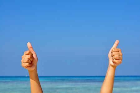2 つの手のような青い海と空の背景のサインを作る 写真素材
