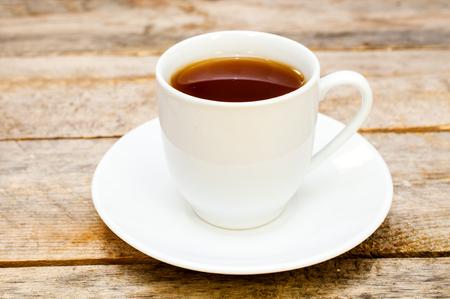 taza de te: taza de t� en una mesa de madera