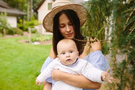 Young mother with newborn baby on the grass Banque d'images