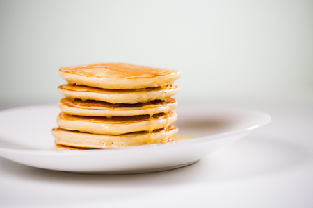 Stack of Small pancakes in syrup Banque d'images
