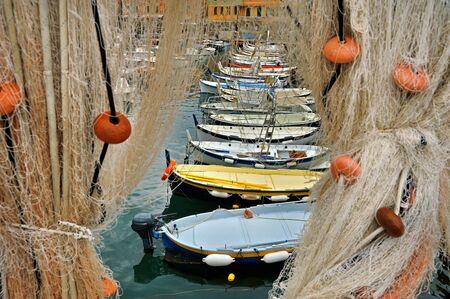 redes de pesca: redes de pesca y embarcaciones Foto de archivo