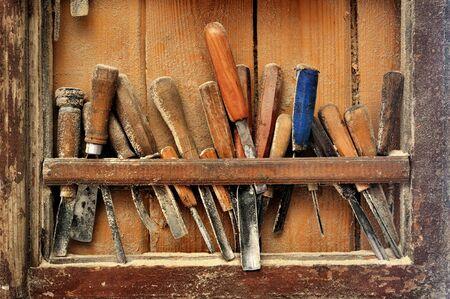 tallado en madera: Herramientas para el tallado en madera en el estante en el estudio Foto de archivo