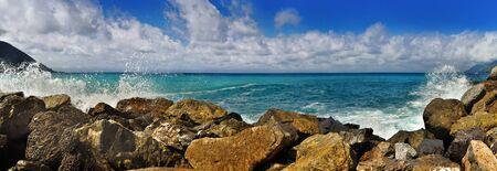 panoramisch uitzicht op de Middellandse Zee met stenen en spatten